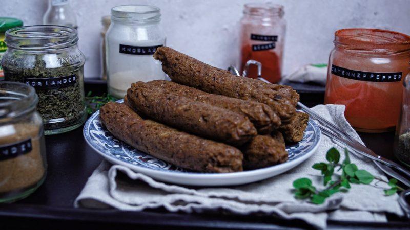 Würzige Bratwürste aus Seitan | vegane Bratwürstchen selbstgemacht