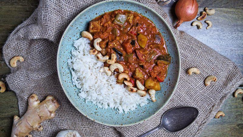 Fruchtig-scharfes Tomaten-Kokos-Curry mit buntem Gemüse & Tofu